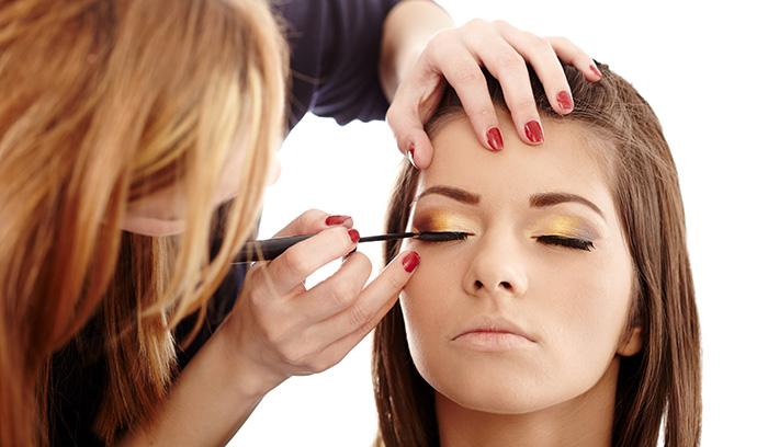 بررسی نکات آرایشی دختران جوان در آرایشگاه و خانه
