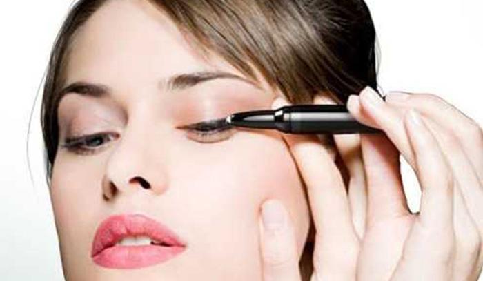 طرز صحیح آرایش خط چشم