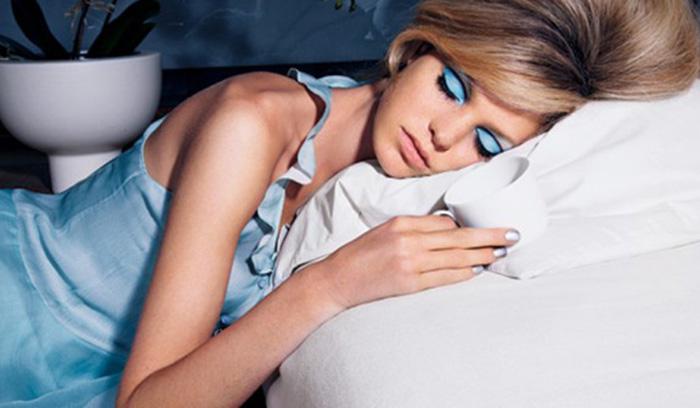وقتی با آرایش میخوابید چه اتفاقی میافتد؟